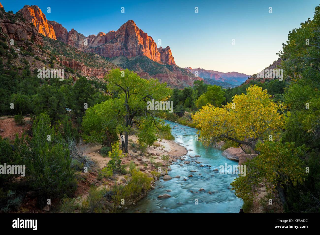El Vigilante pico en el Parque Nacional de Zion en el sudoeste de Utah. Imagen De Stock