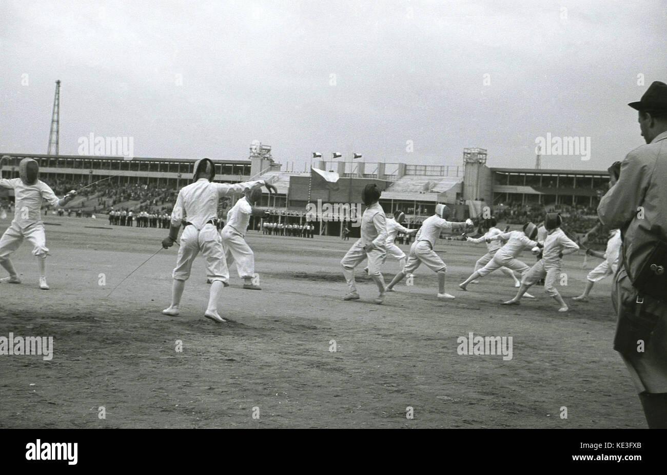 1938. histórico, macho competitiors cercado en el centro del gigantesco estadio de Strahov, en Praga, Checoslovaquia, Imagen De Stock