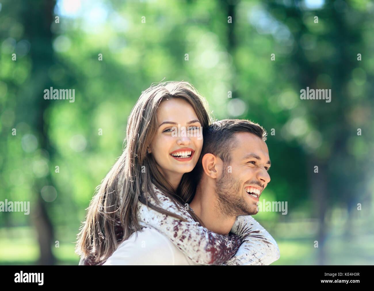 Los amantes al aire libre retrato de un hombre y una mujer joven feliz mirando a la cámara. Chica sonriente Imagen De Stock