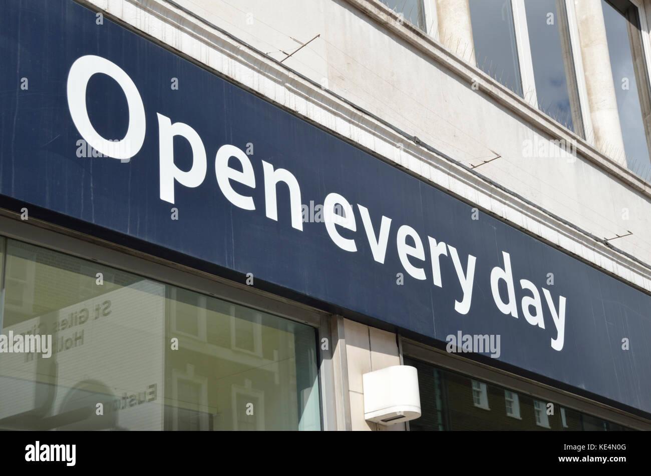 'Abrir' cada día firmar fuera de un supermercado de High street. Imagen De Stock