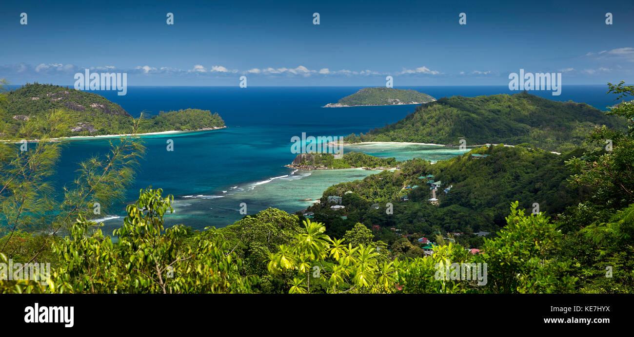 Las islas Seychelles, Mahe, Port Glaud, niveles elevados de vista panorámica de la costa sur. Imagen De Stock