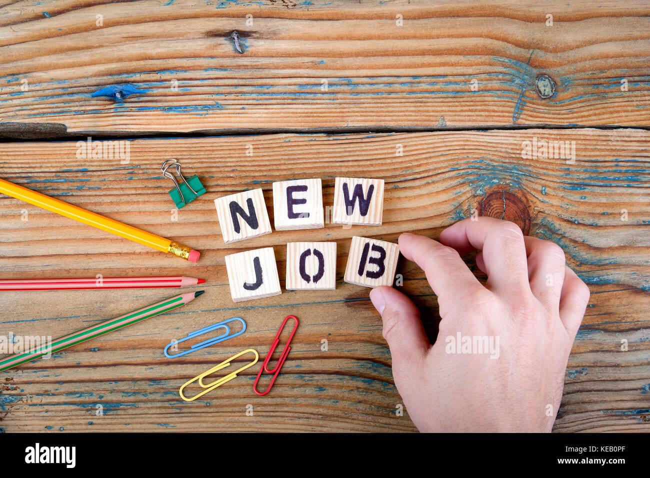 Nuevo trabajo. letras de madera sobre el escritorio de la oficina Imagen De Stock