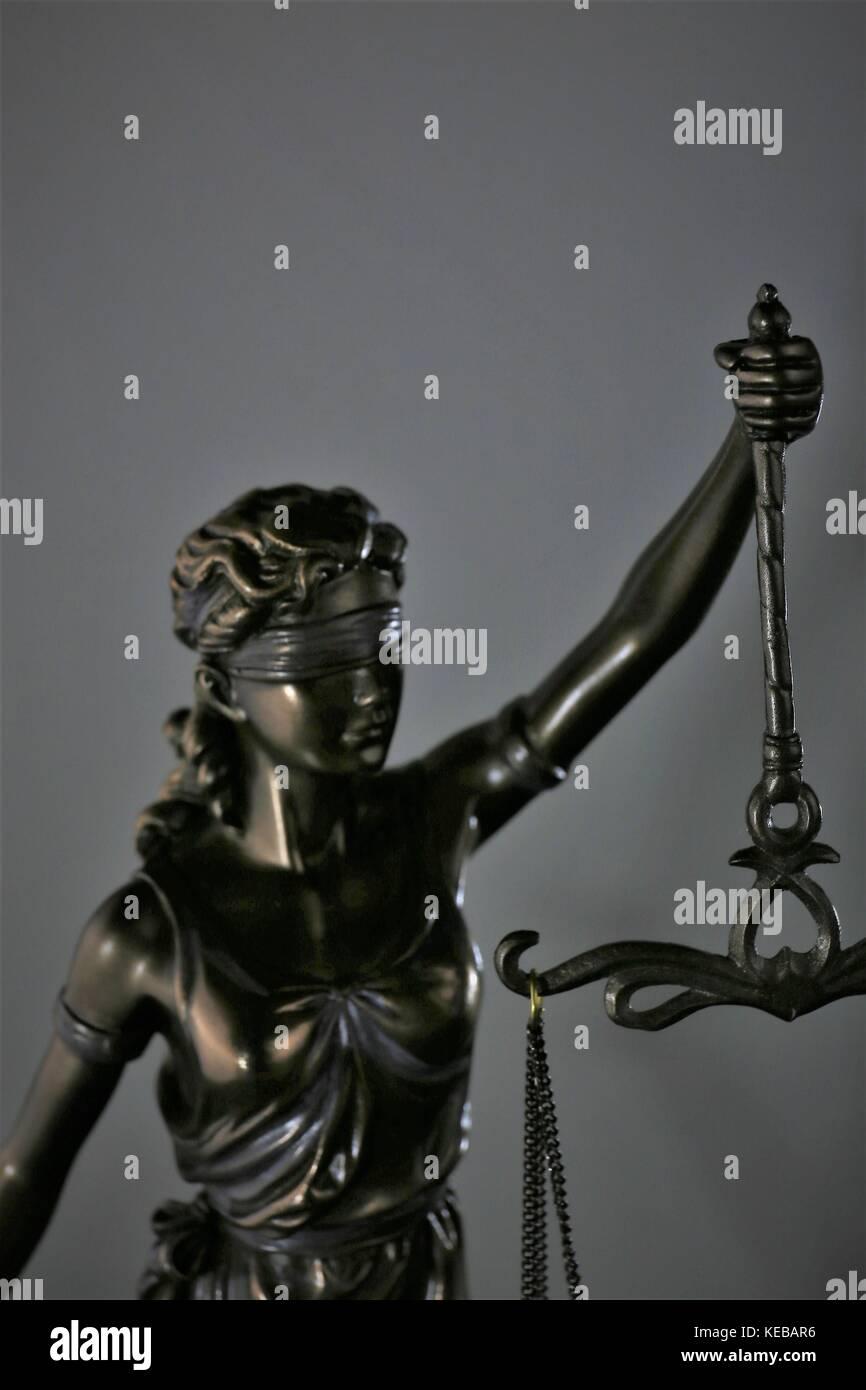 Un concepto de imagen oscura dama - símbolo de la justicia Foto de stock