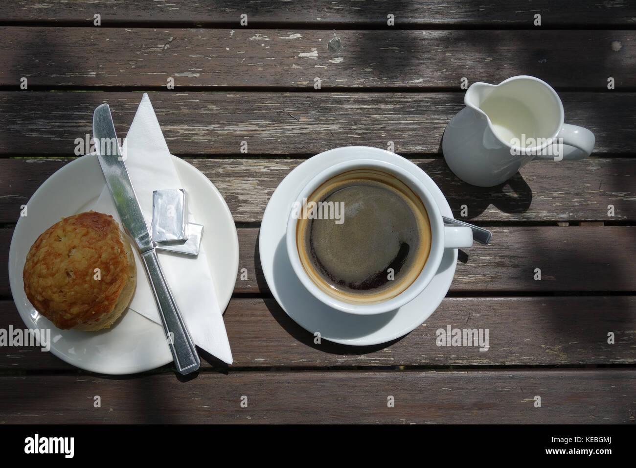 Café y queso scone en la tabla de sol Imagen De Stock