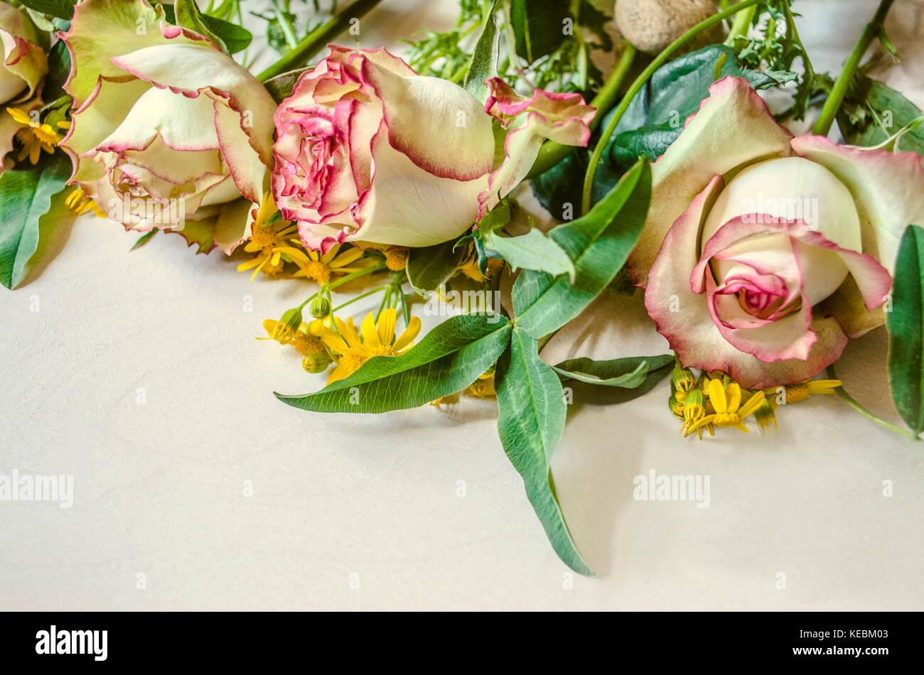 Rosas Blancas Con Borde Rosa Con Flores Silvestres Y Hojas De