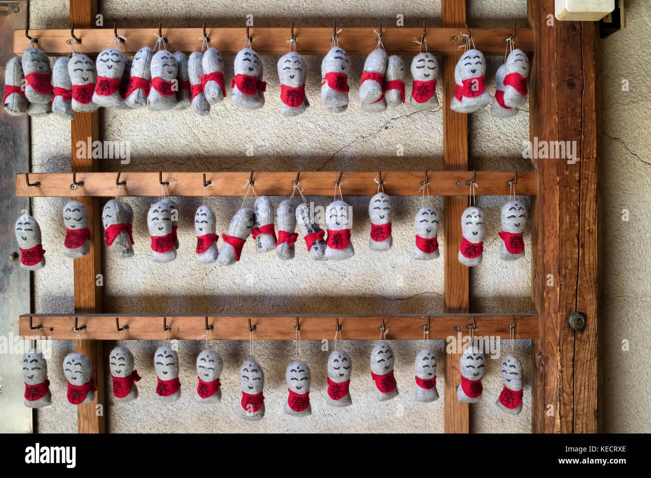 Kyoto - Japón, 22 de mayo de 2017: fila de protección textil tradicional muñecas colgando en frente Imagen De Stock