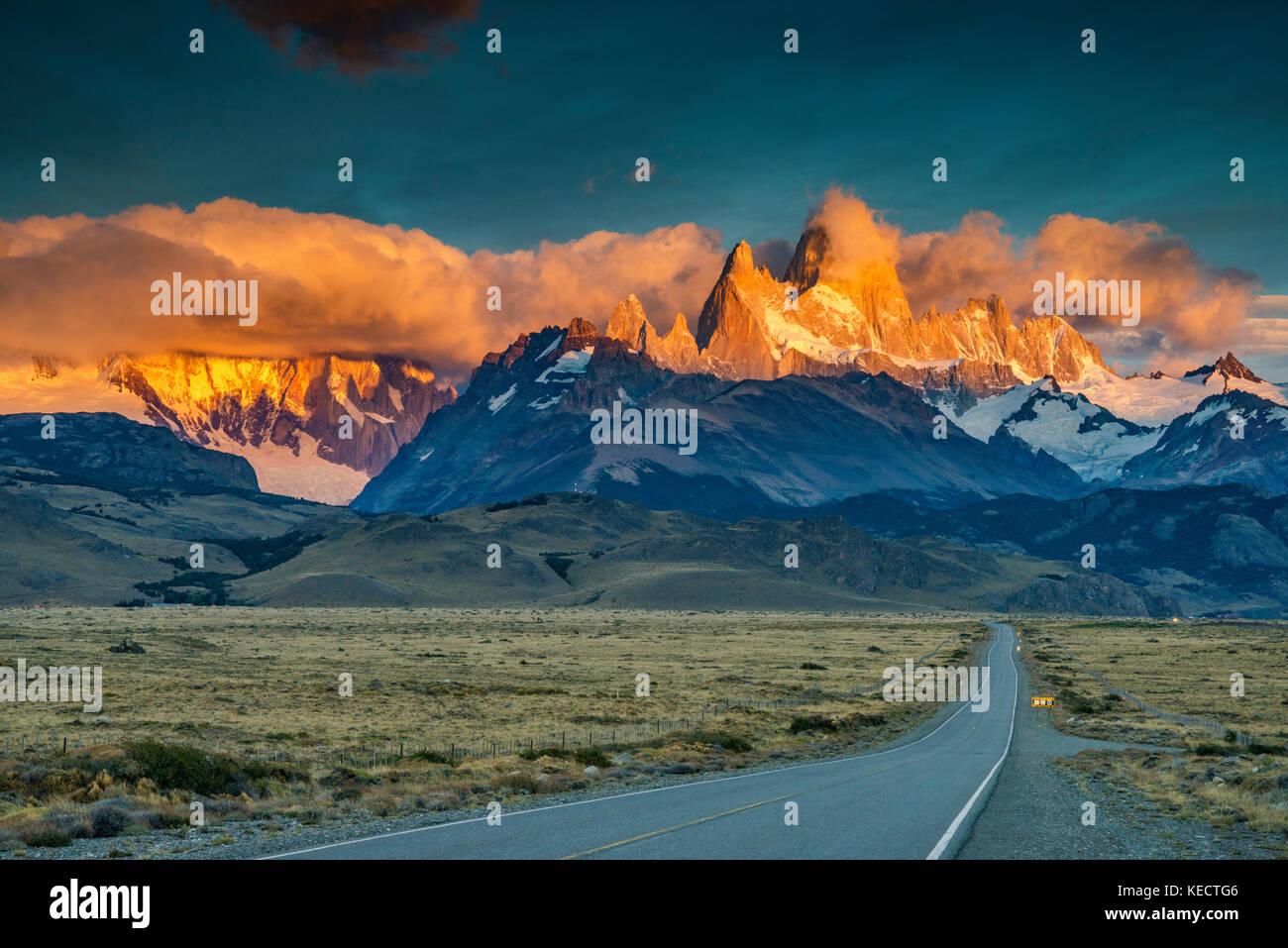 Cerro Fitz Roy rango al amanecer, Cordillera de Los Andes, el Parque Nacional Los Glaciares, camino a El Chaltén, Patagonia, Argentina Foto de stock