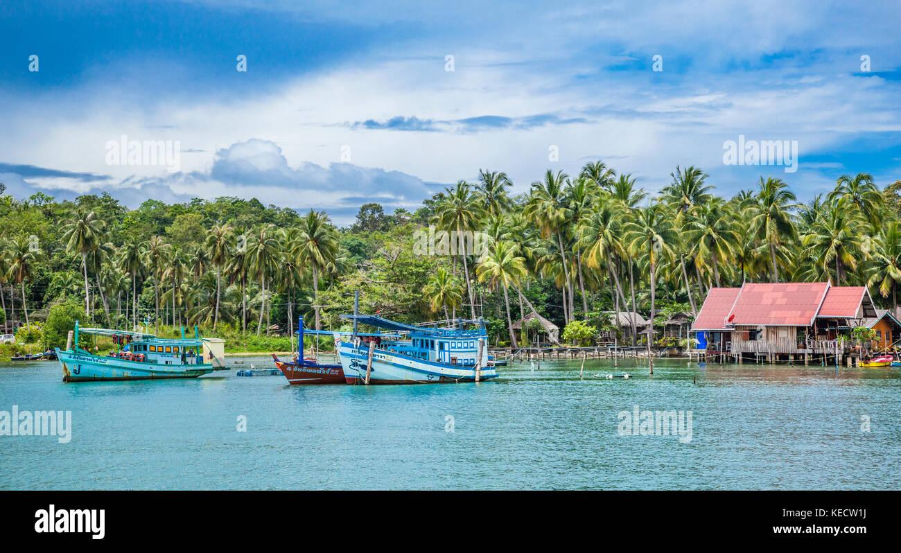 Tailandia, la provincia de Trat, Isla de Koh Chang, en el Golfo de Tailandia, el barco de pesca en la Bahía Imagen De Stock