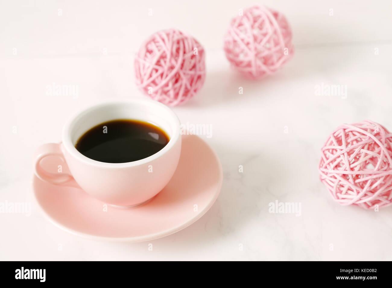 Café y adornos de color rosa en la mesa Imagen De Stock