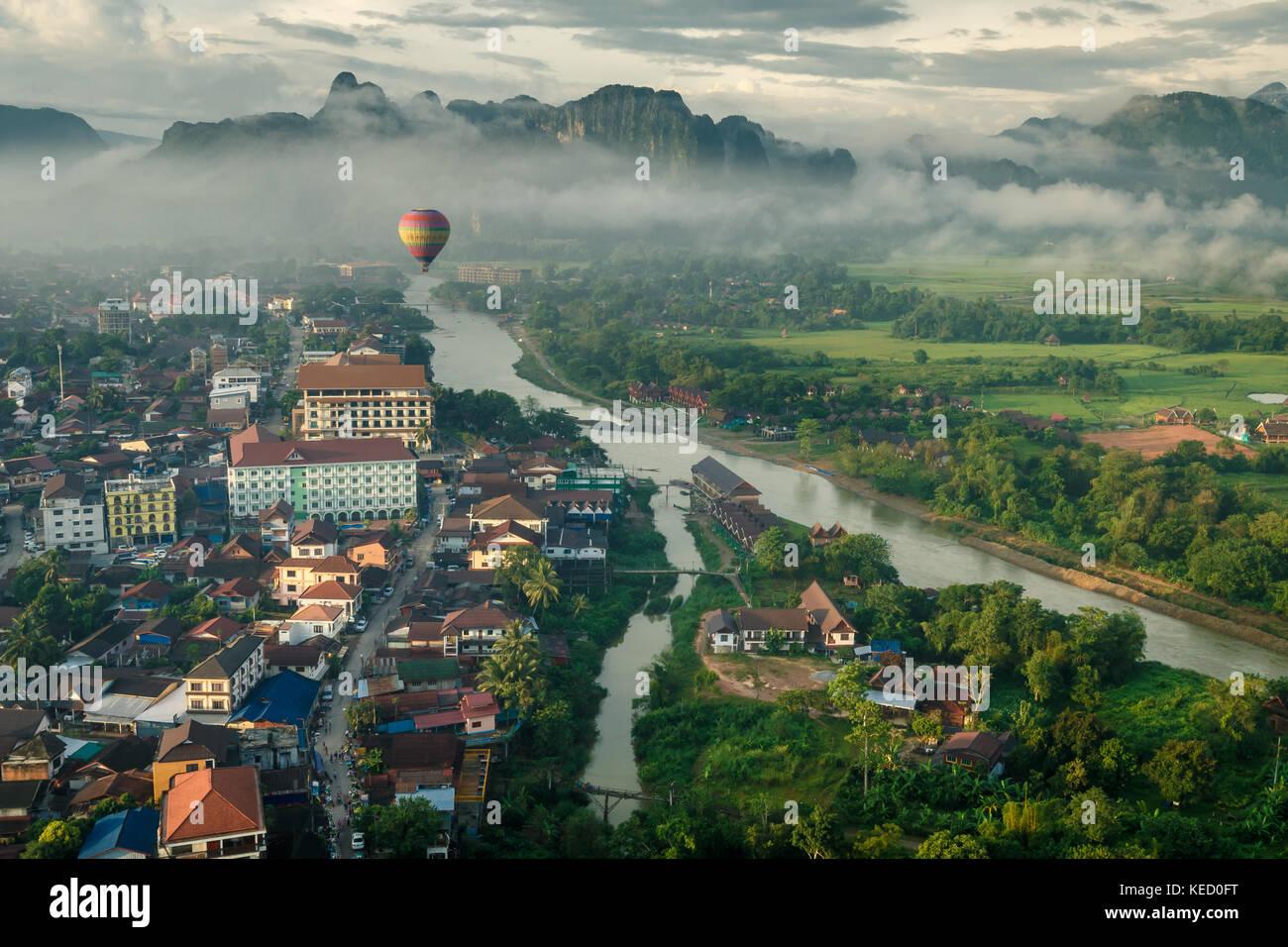 Por la mañana vista de Vang Vieng, norte de Laos. Imagen De Stock