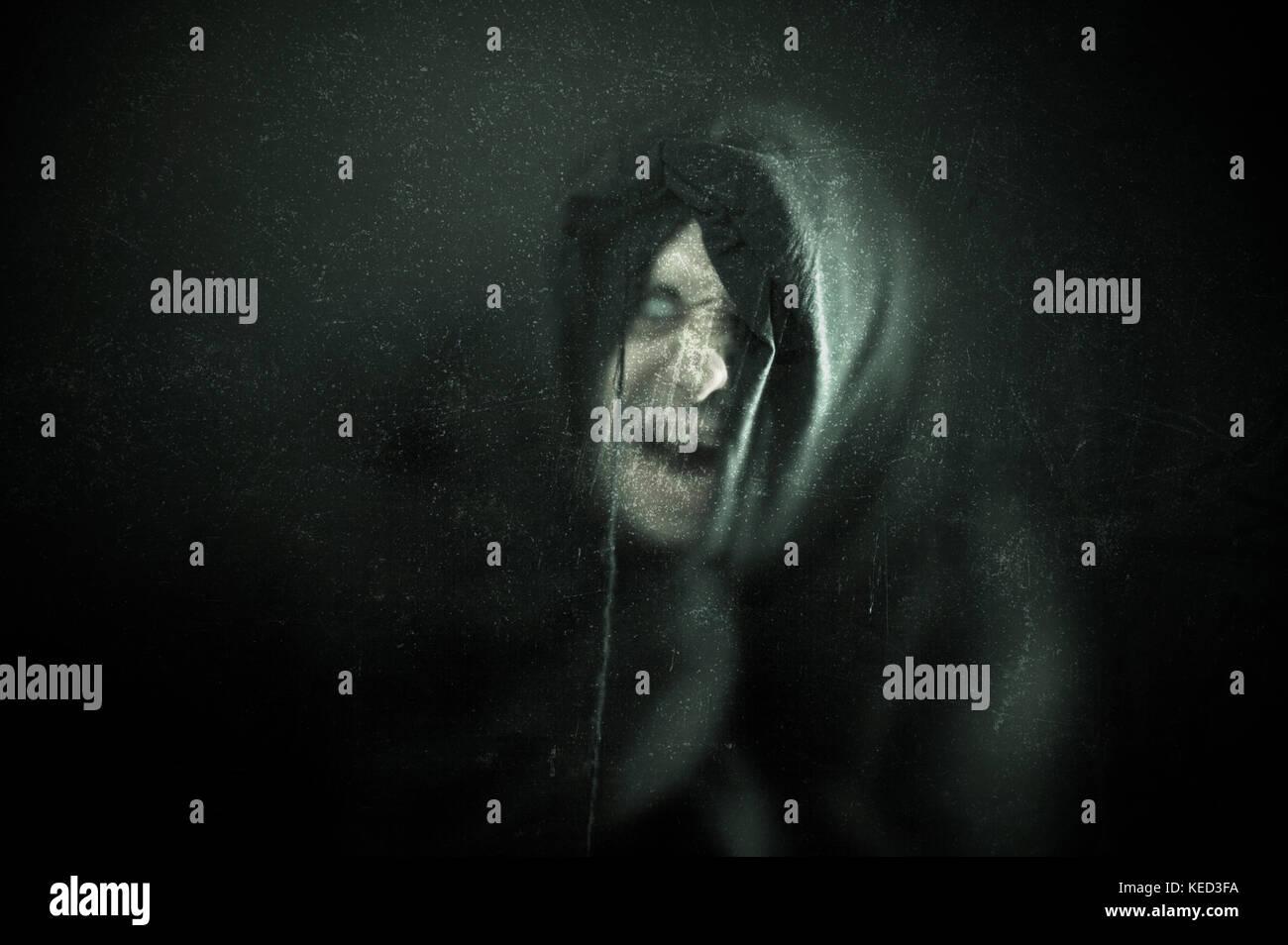Enojado ghost figura en la oscuridad. Imagen De Stock