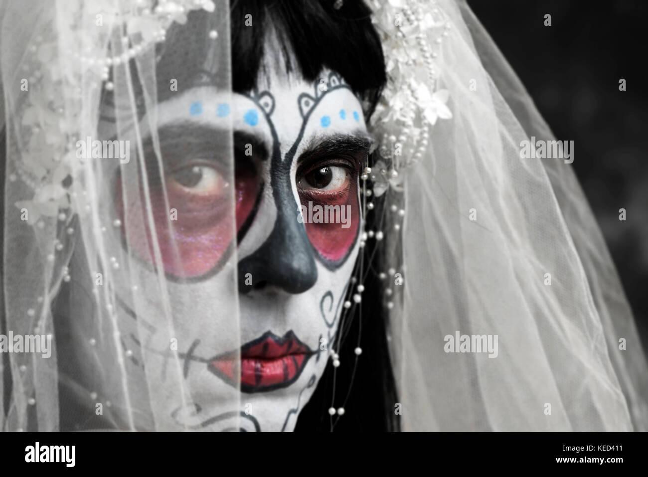 Primer plano de una novia con un maquillaje calaveras mexicanas ... df568347e46