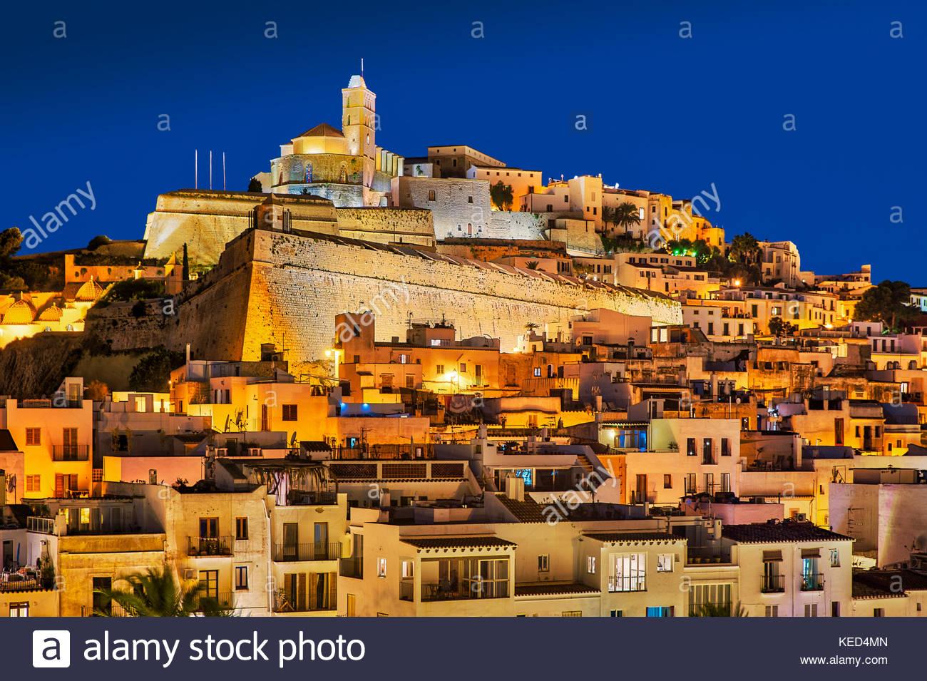 La ciudad de Ibiza y la catedral de Santa Maria d'Eivissa por la noche, Ibiza, Islas Baleares, España. Imagen De Stock