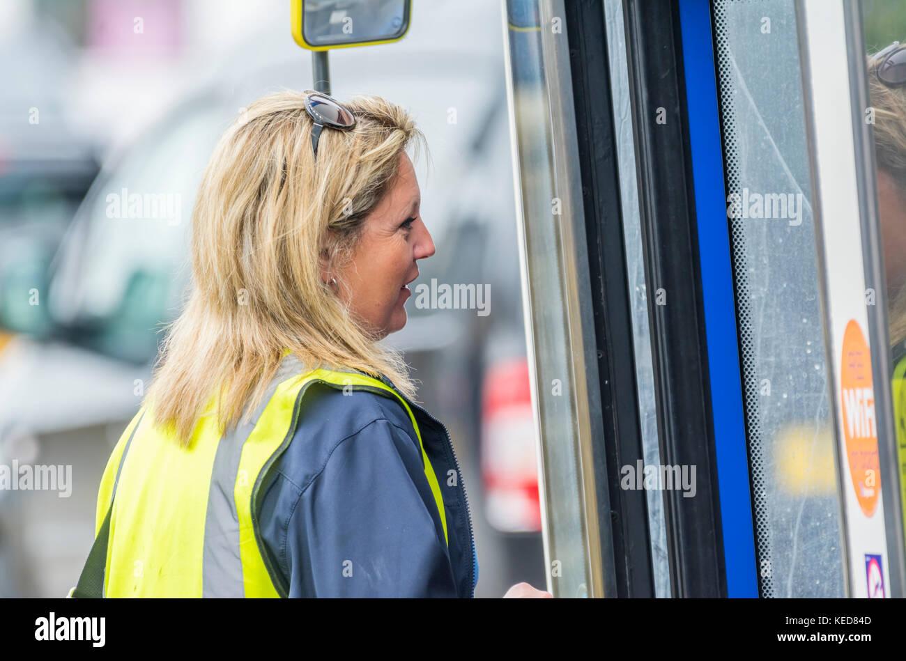 Conductor de autobuses Stagecoach femenina acerca a bordo de un autobús en el Reino Unido. Imagen De Stock