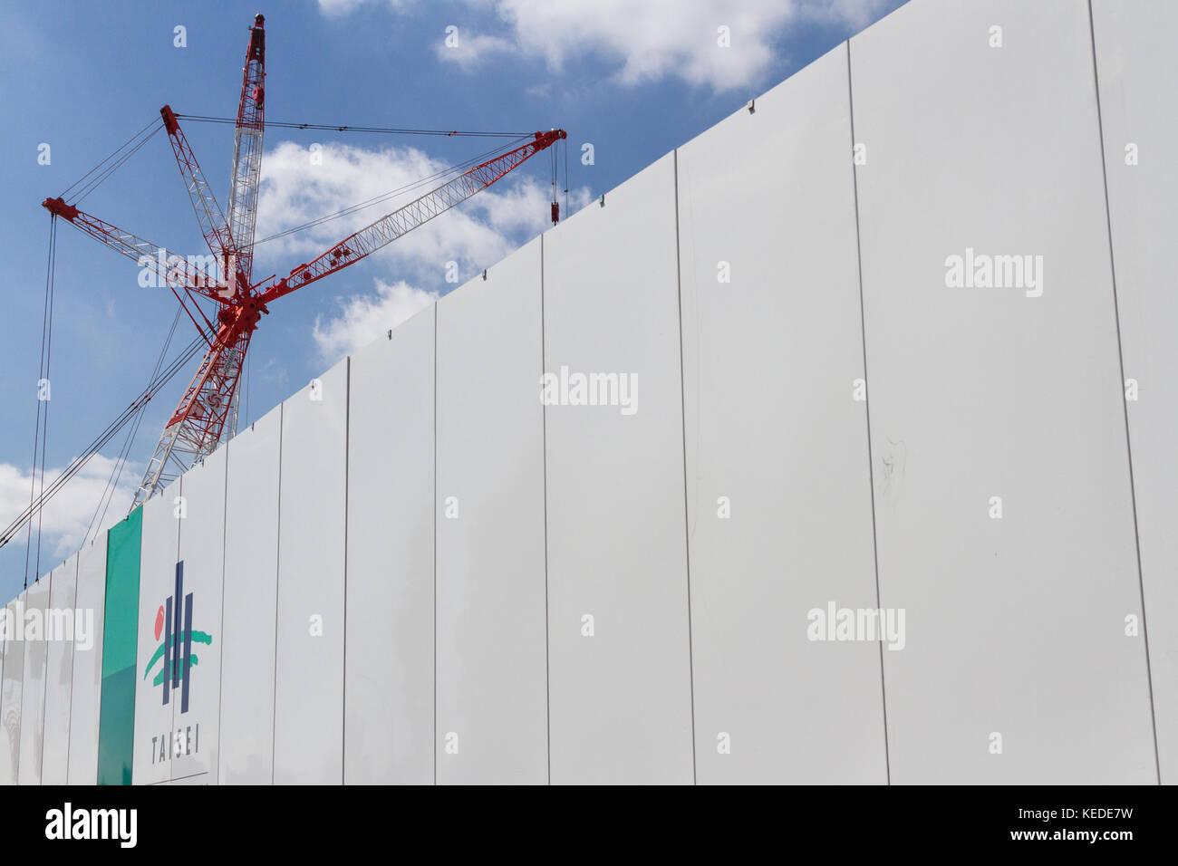 Un bastón por encima de una pared con la construcción, Taisei nombre y logo de la empresa en la construcción Imagen De Stock