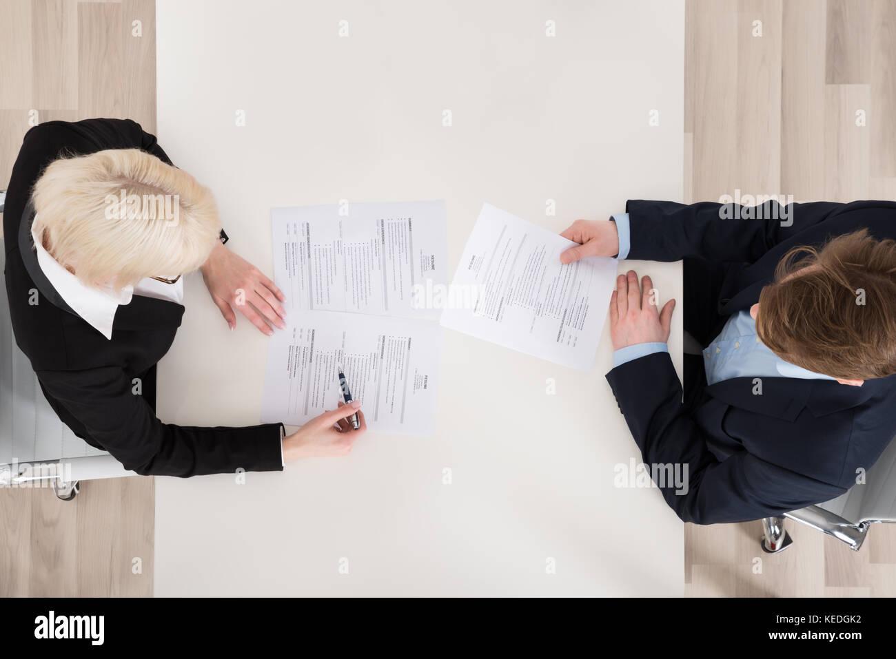 Un alto ángulo de visualización de la entrevista de trabajo en el escritorio Imagen De Stock