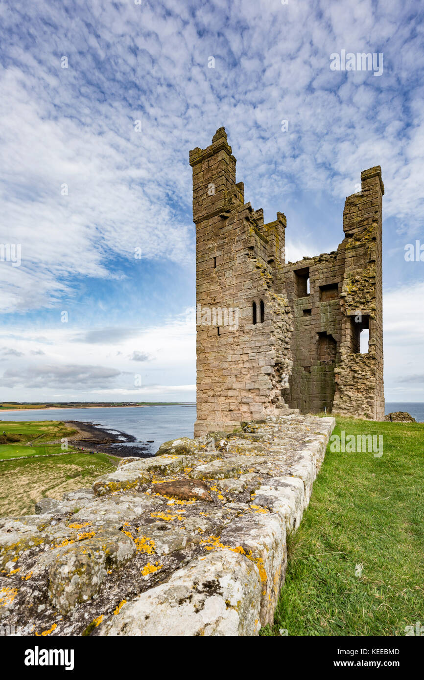 En el castillo de dunstanburgh northumbrian Costa, Inglaterra, Reino Unido. Imagen De Stock