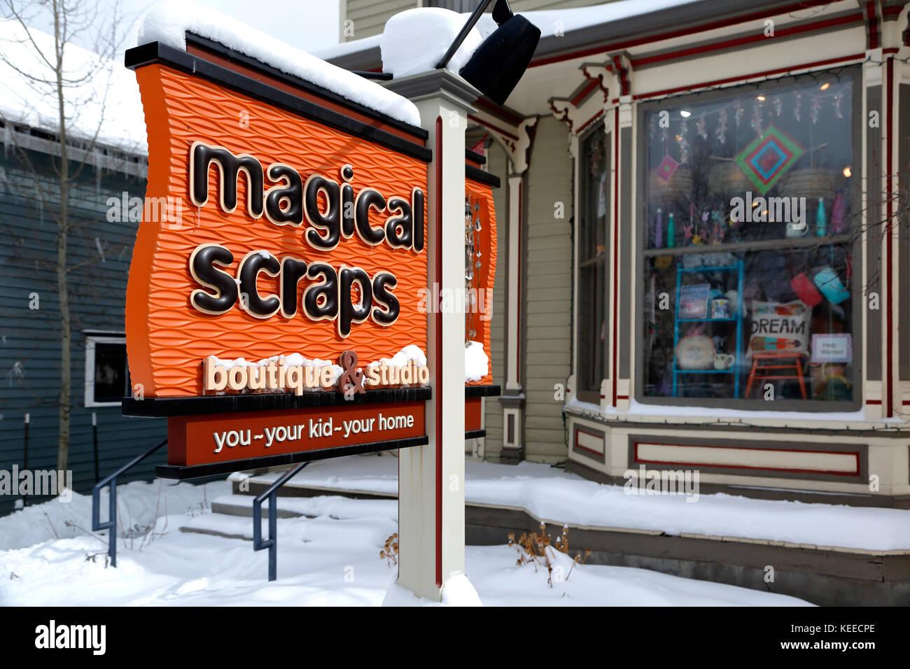 Signo de la tienda mágica desecha (tela y tienda de ropa de niños), Breckenridge, Colorado, EE.UU. Imagen De Stock