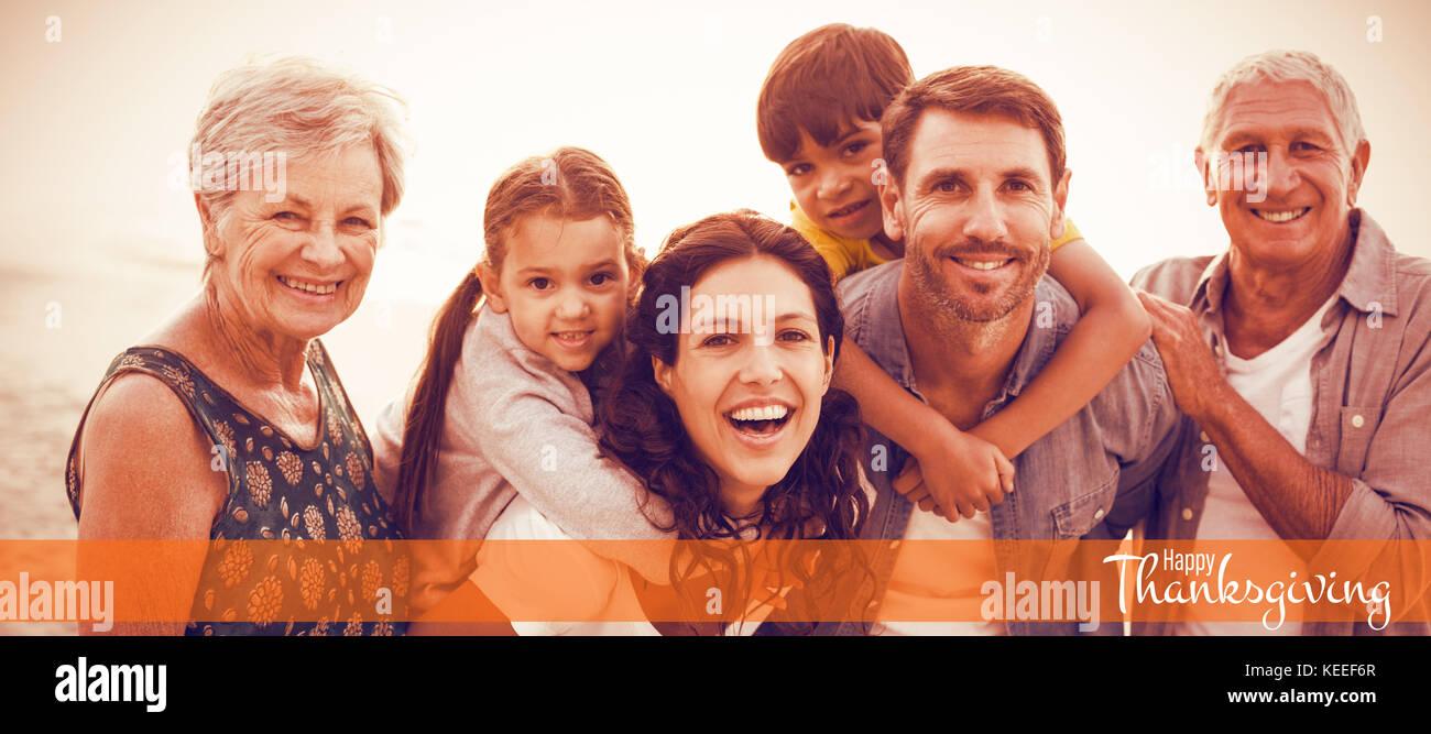 Ilustración de feliz día de acción de gracias el saludo de texto contra la familia feliz posando en la playa Foto de stock