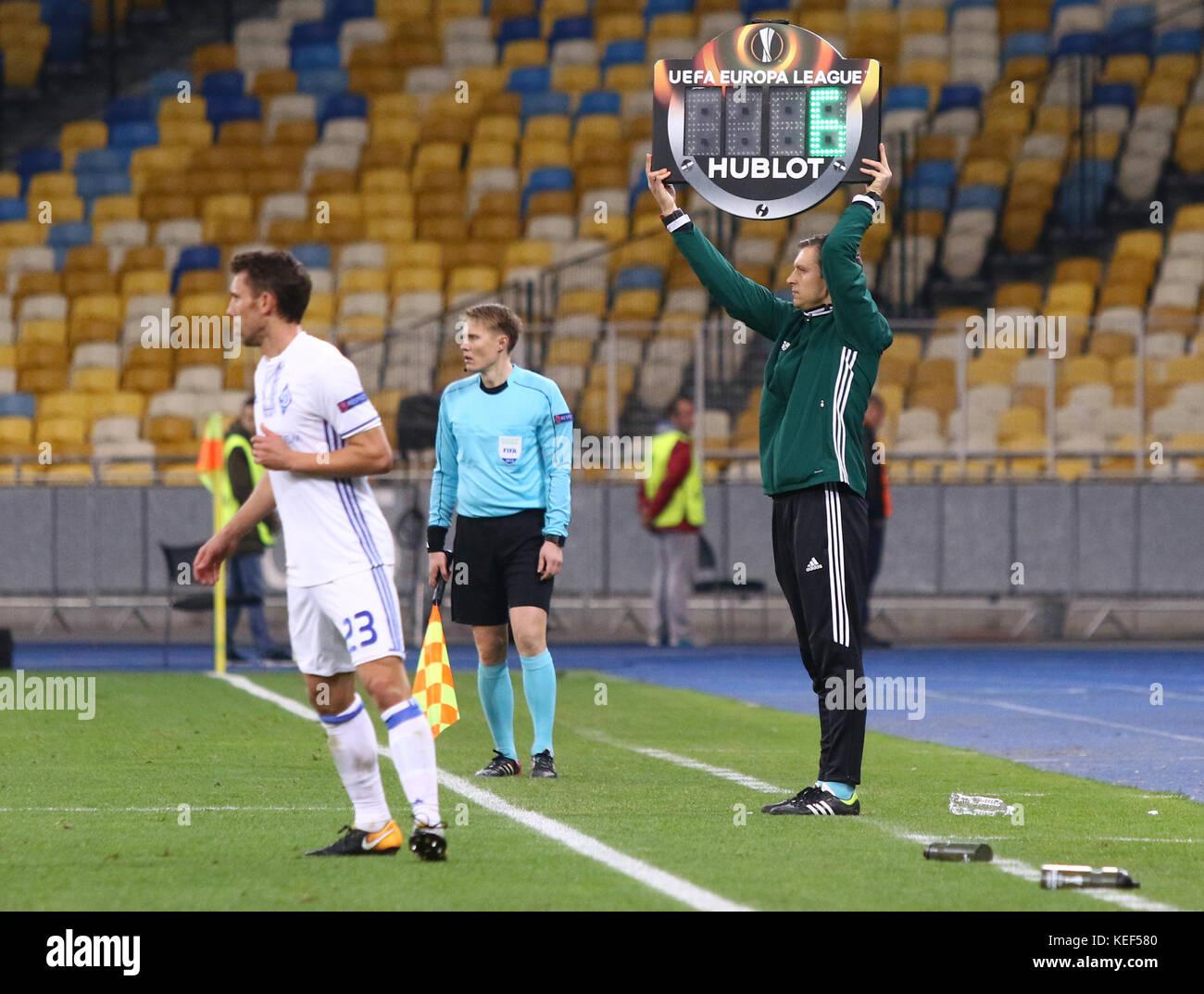 Kiev, Ucrania. 19 oct, 2017. Cuarto árbitro jukka honkanen ...