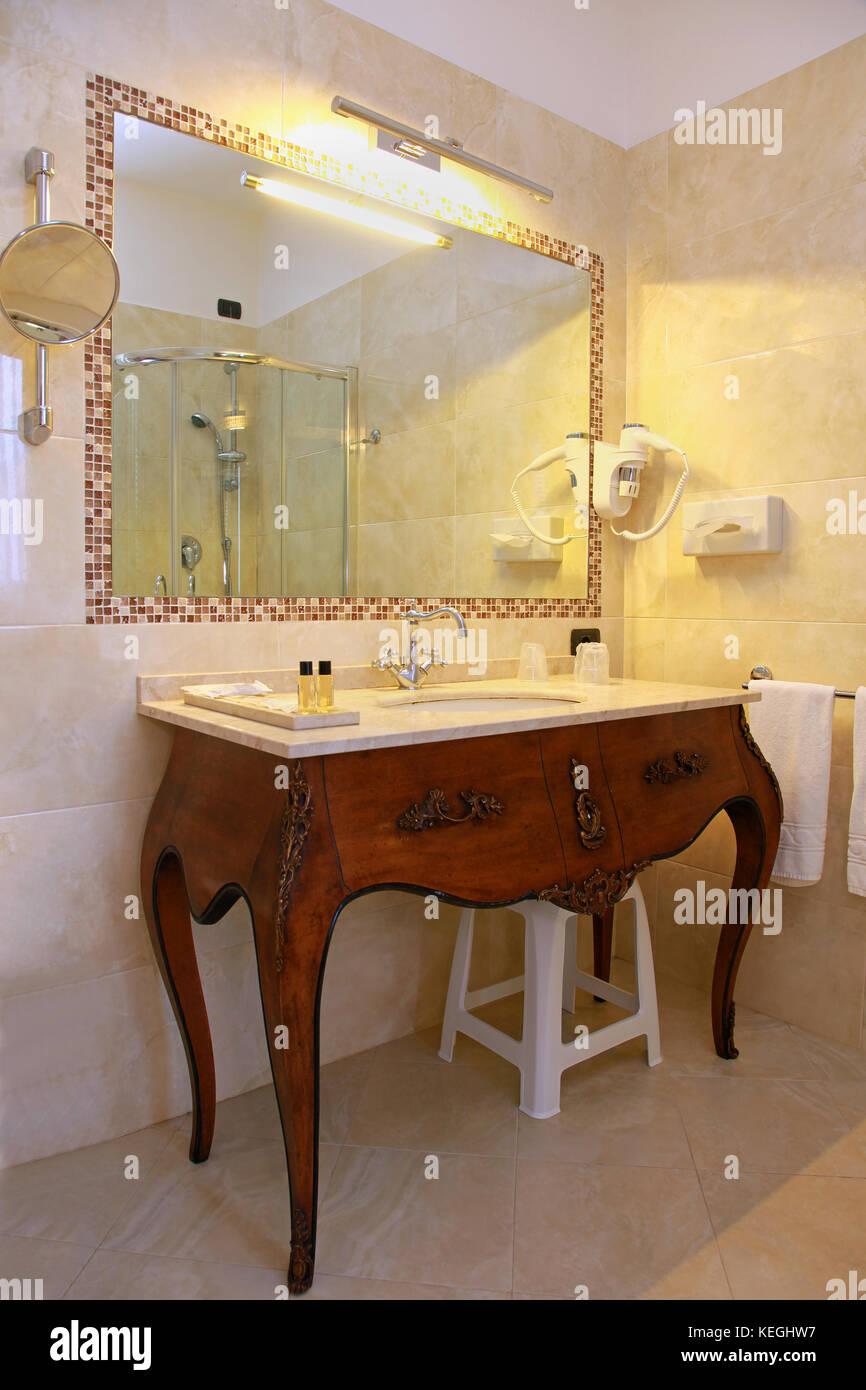 Cuarto de baño vintage interior con la cuenca de madera antiguos ...