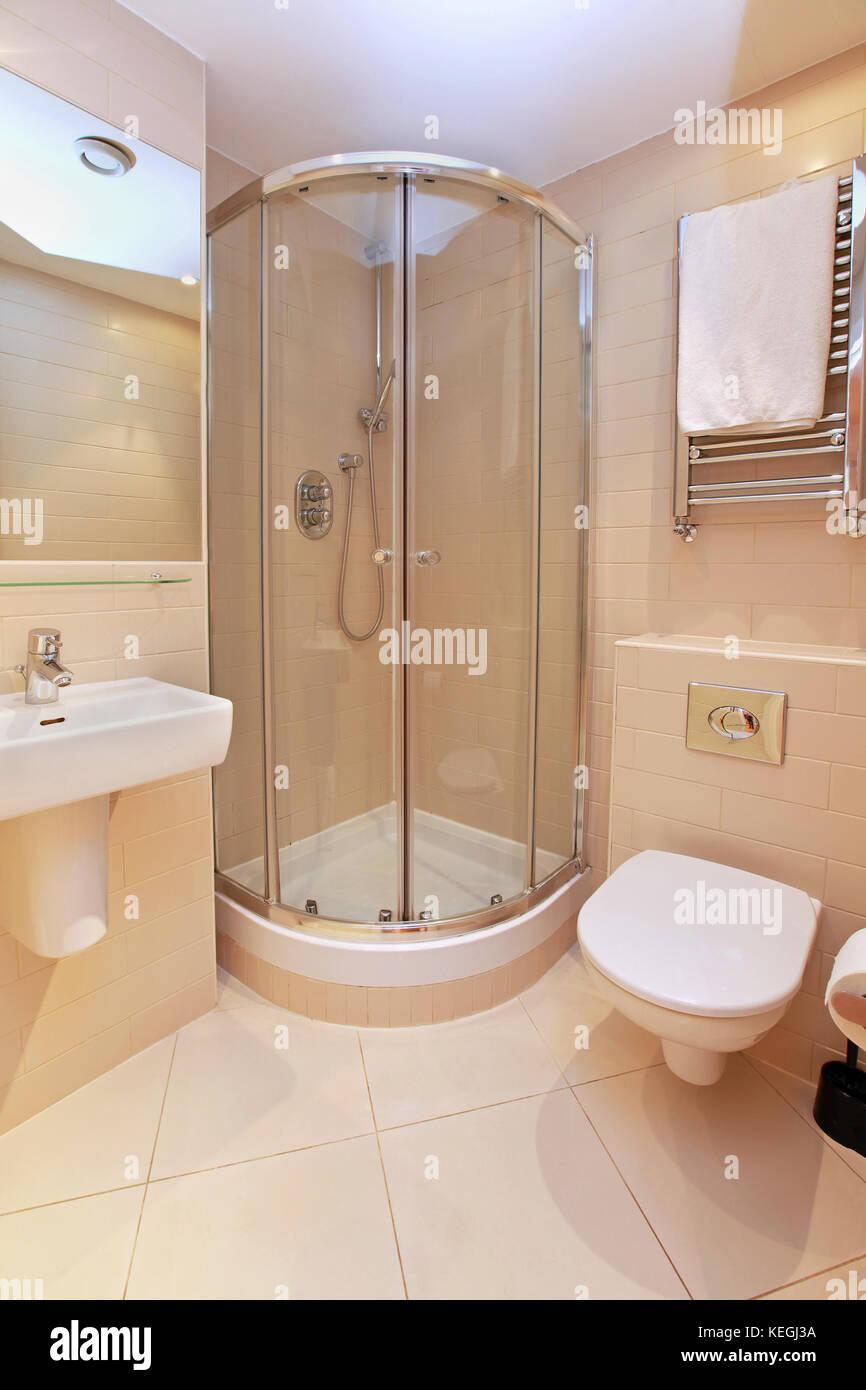 Pequeño cuarto de baño interior con ducha moderna en la ...