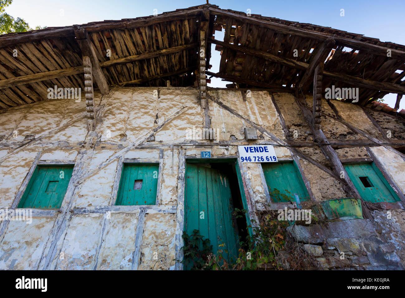 Casa tradicional vasca en venta en la región vasca Biskaia del norte de España Foto de stock