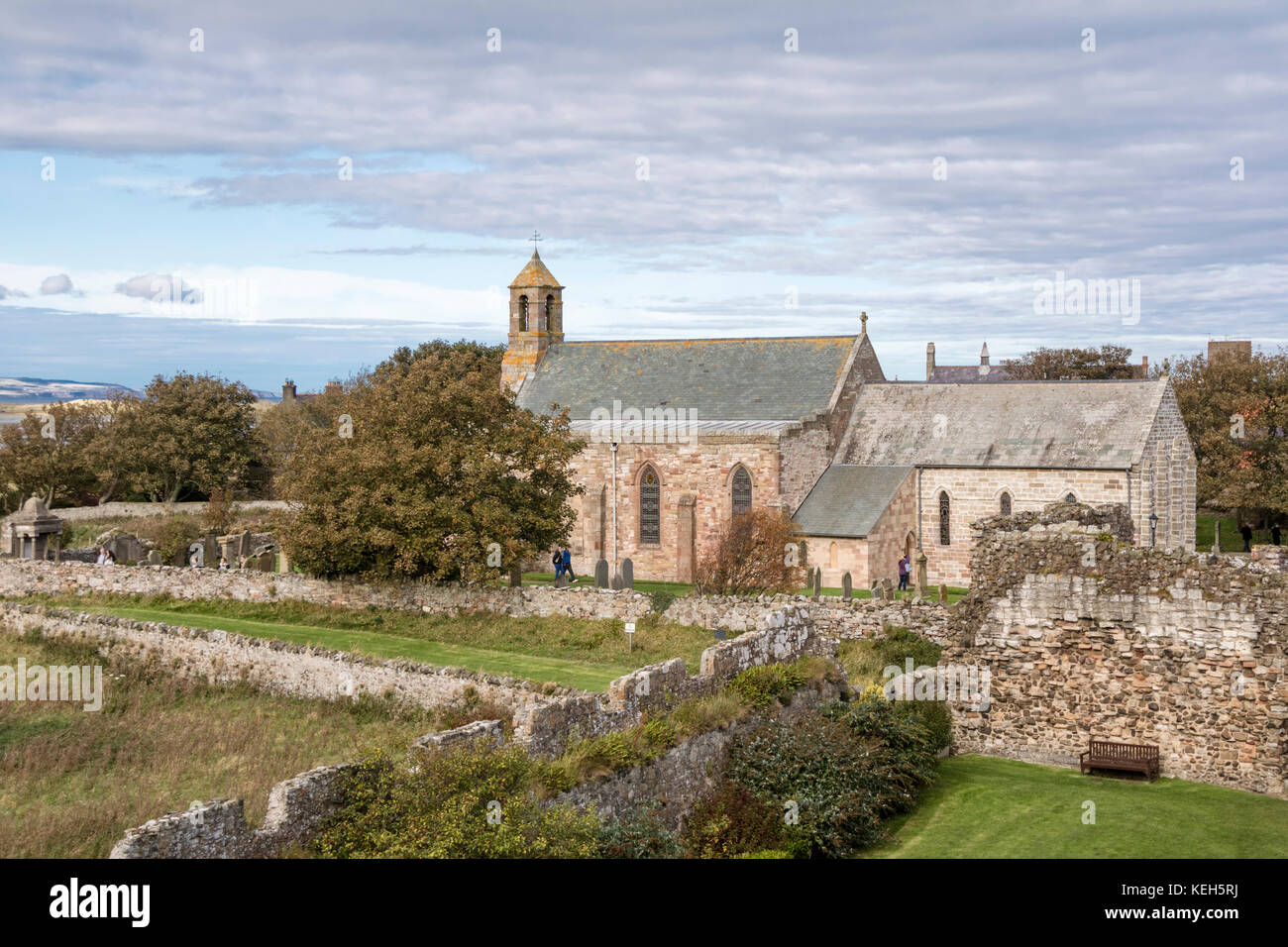 Lindisfarne Priory en Holy Island, Lindisfarne, Inglaterra, Reino Unido. Foto de stock