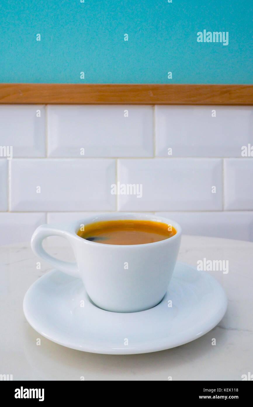 Taza de café americano listo para servir en la mesa de mármol en el café de la mañana. Imagen De Stock