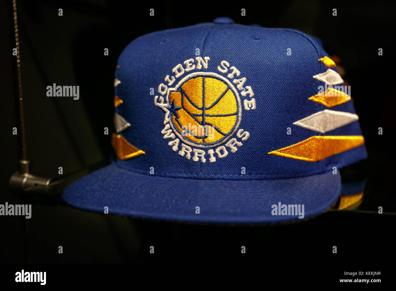 Golden State Warriors hat a la venta en la tienda de la NBA en Manhattan. 5dcbbc2ec6c