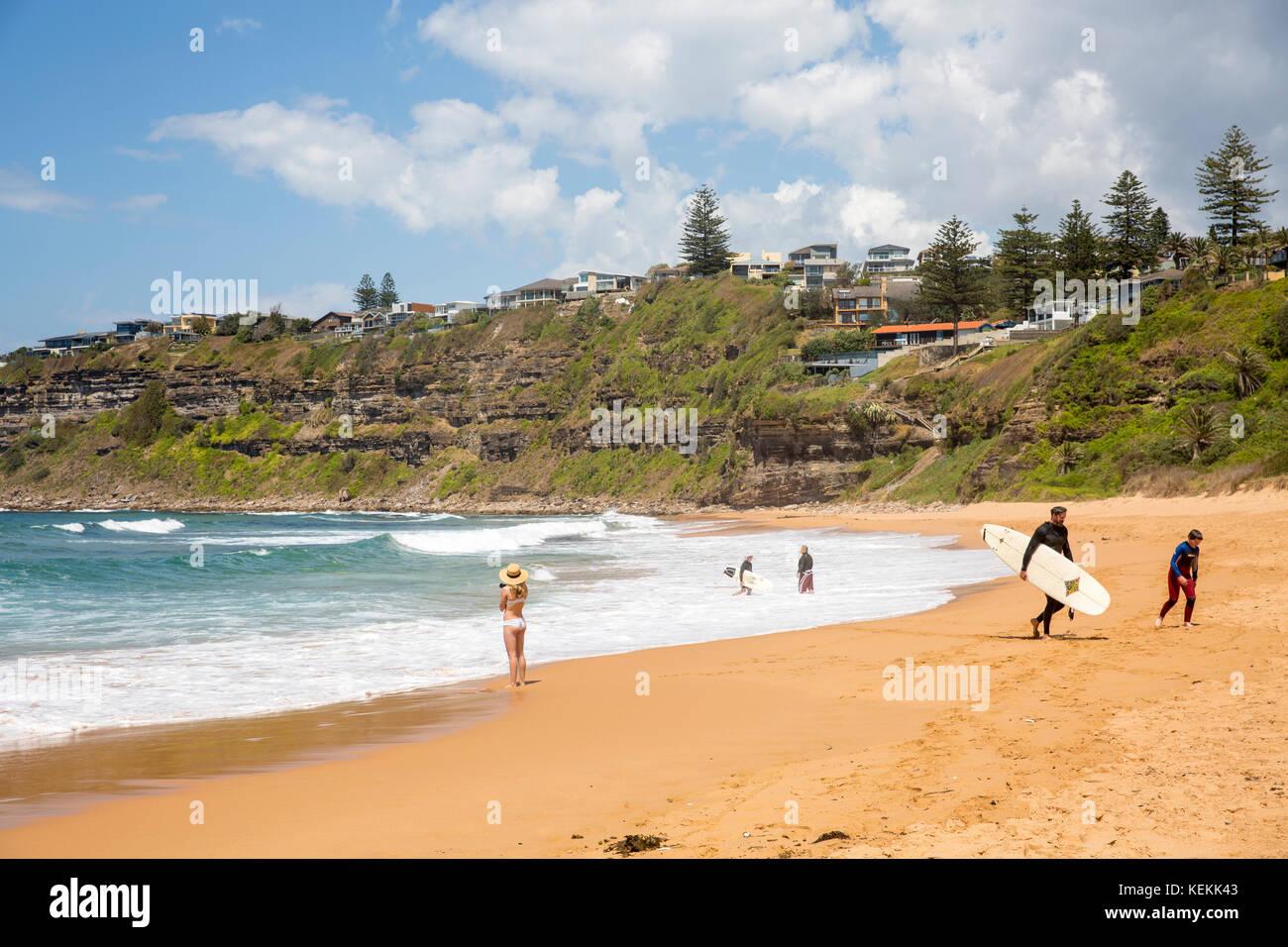 Surferos Bungan beach, popular playa de surf en las playas del norte de Sydney, New South Wales, Australia Foto de stock