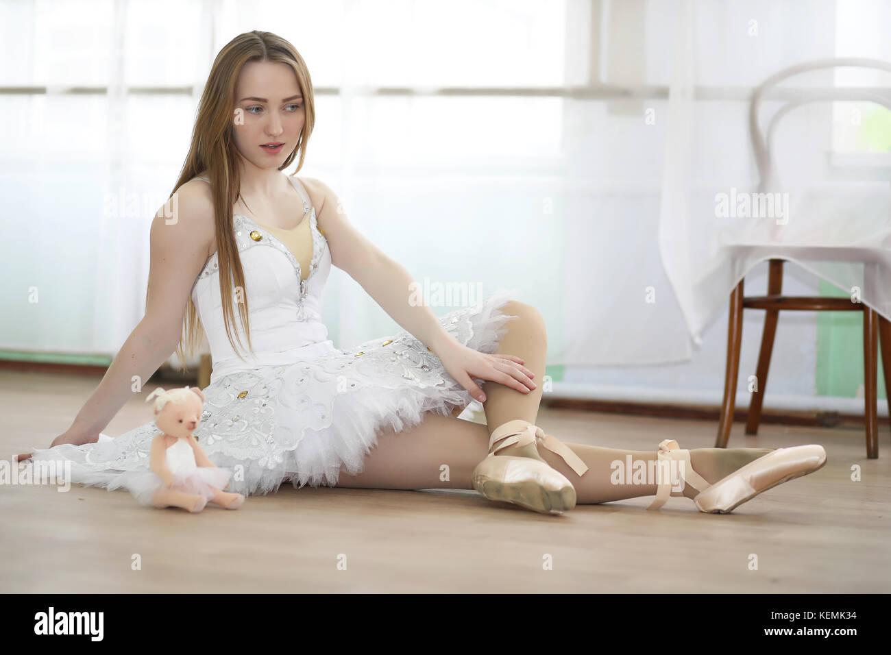 Chica linda bailarina de ballet practicando Imagen De Stock