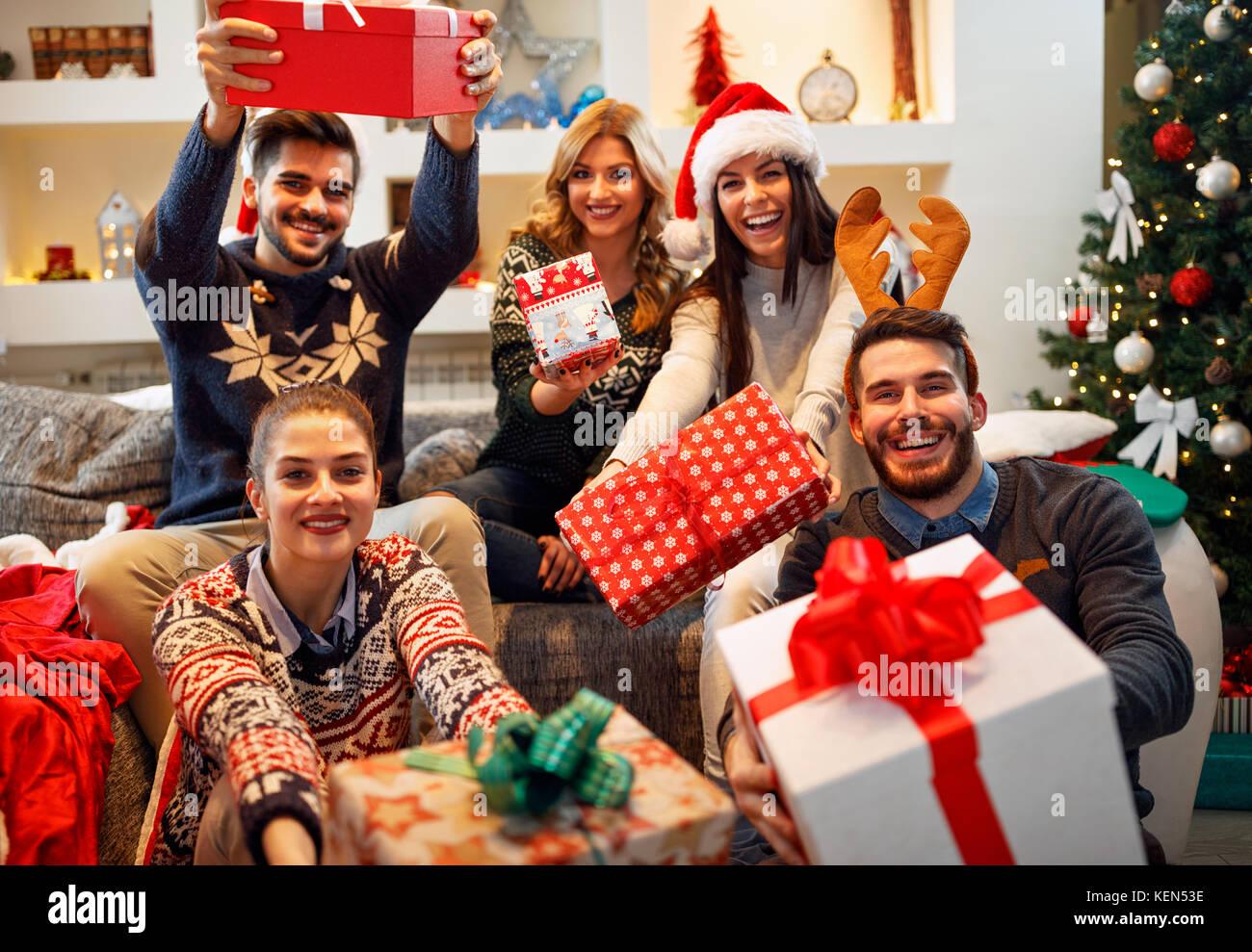 Gente Feliz En Navidad.La Familia La Navidad Las Vacaciones La Felicidad Y La