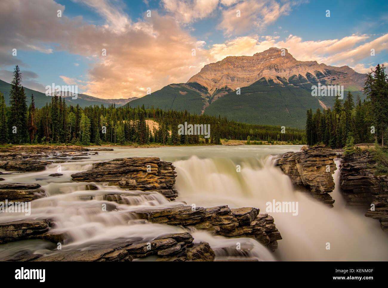 Caída de Athabasca se encuentra en el Parque Nacional de Jasper, Alberta, Canadá Foto de stock