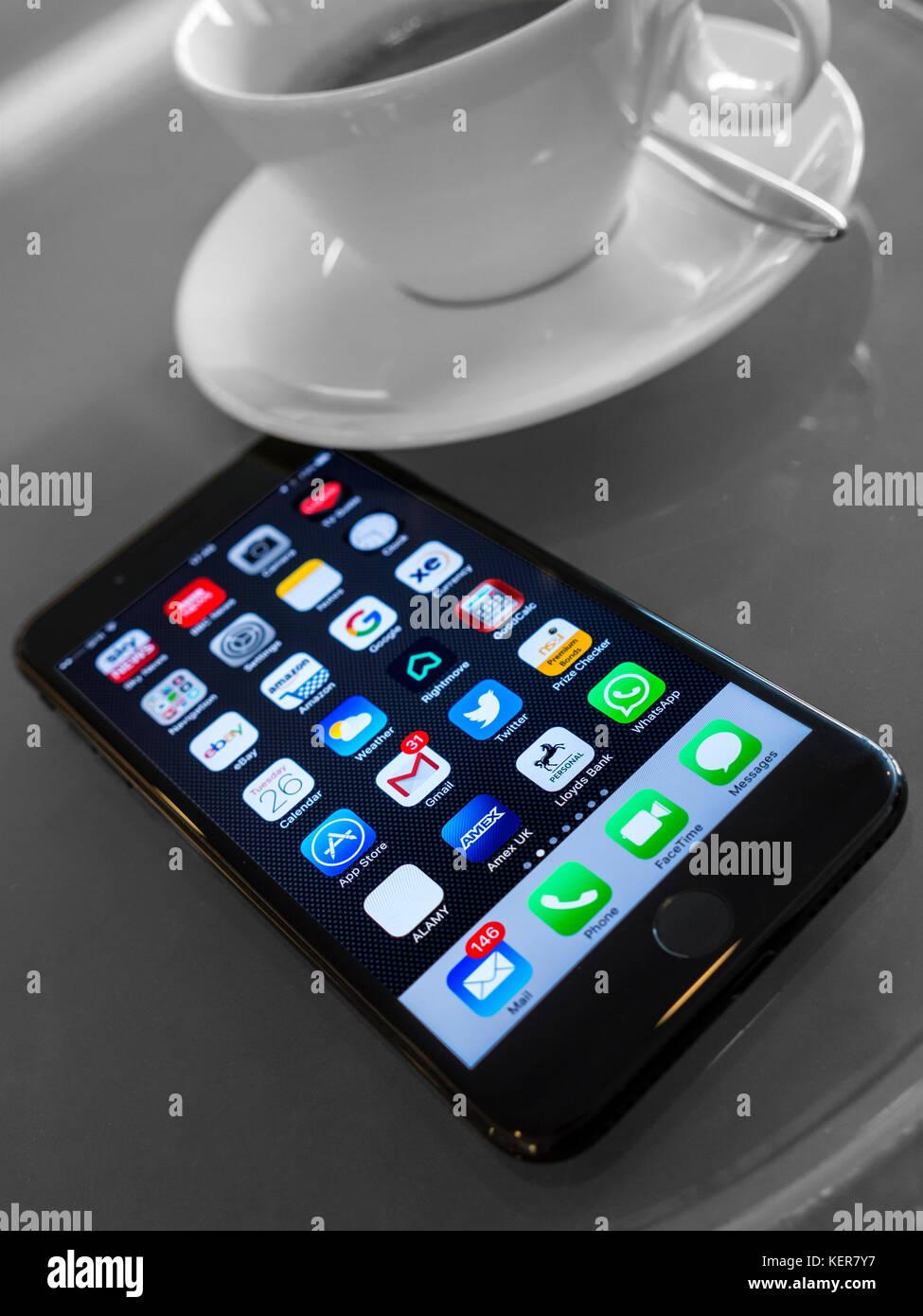 Iphone 7 plus en el moderno café francés con orientación vertical mesa apps en la pantalla de visualización Imagen De Stock