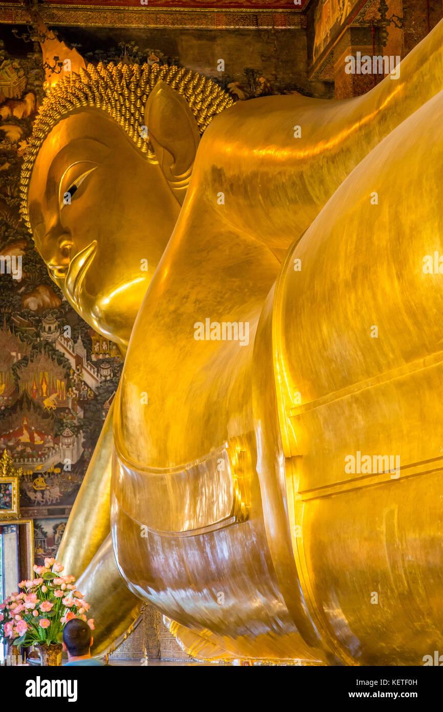 Buda reclinado en Wat Pho, en Bangkok, Tailandia Foto de stock