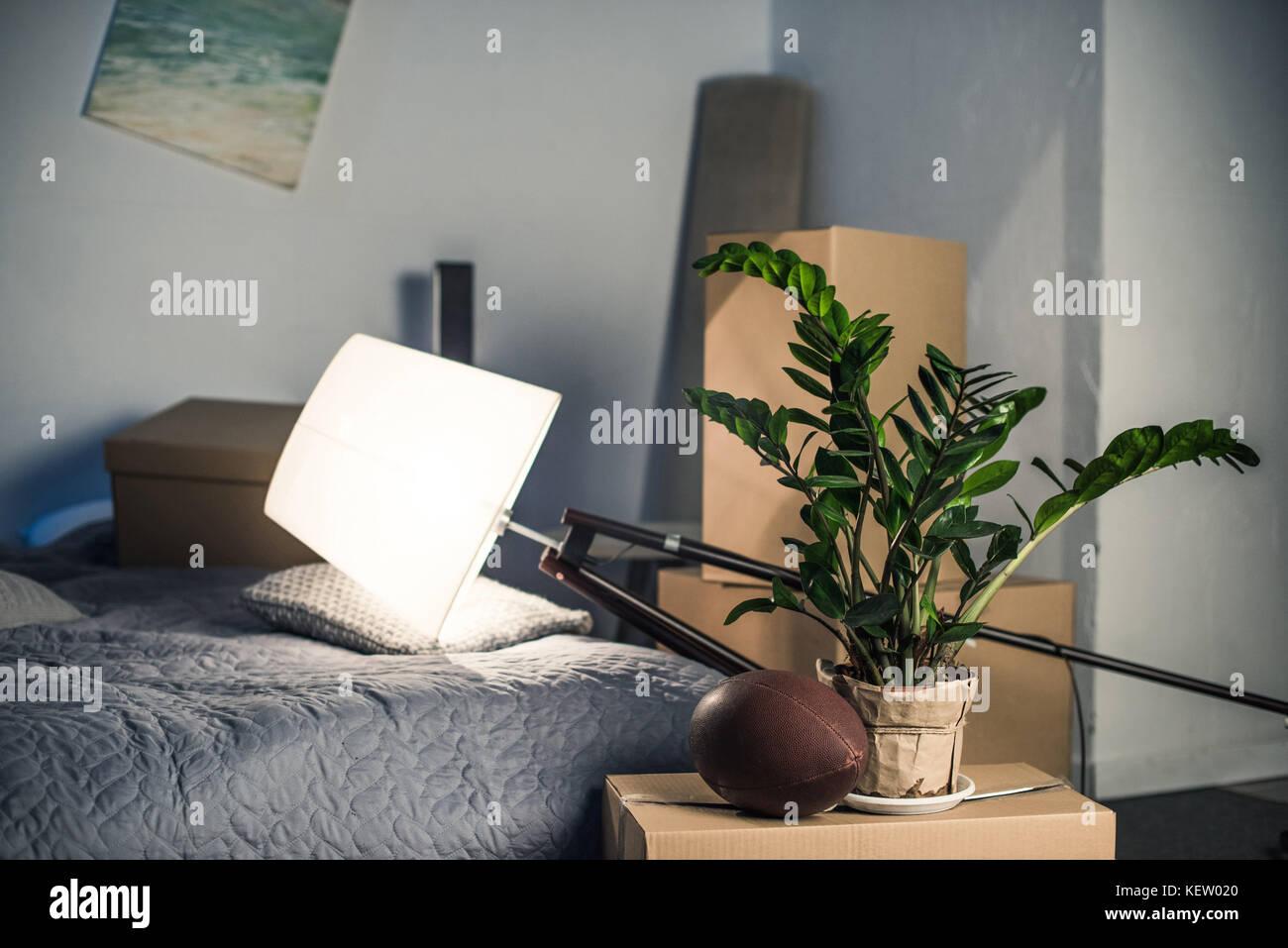 Lámpara de piso decorativo en la cama Foto de stock
