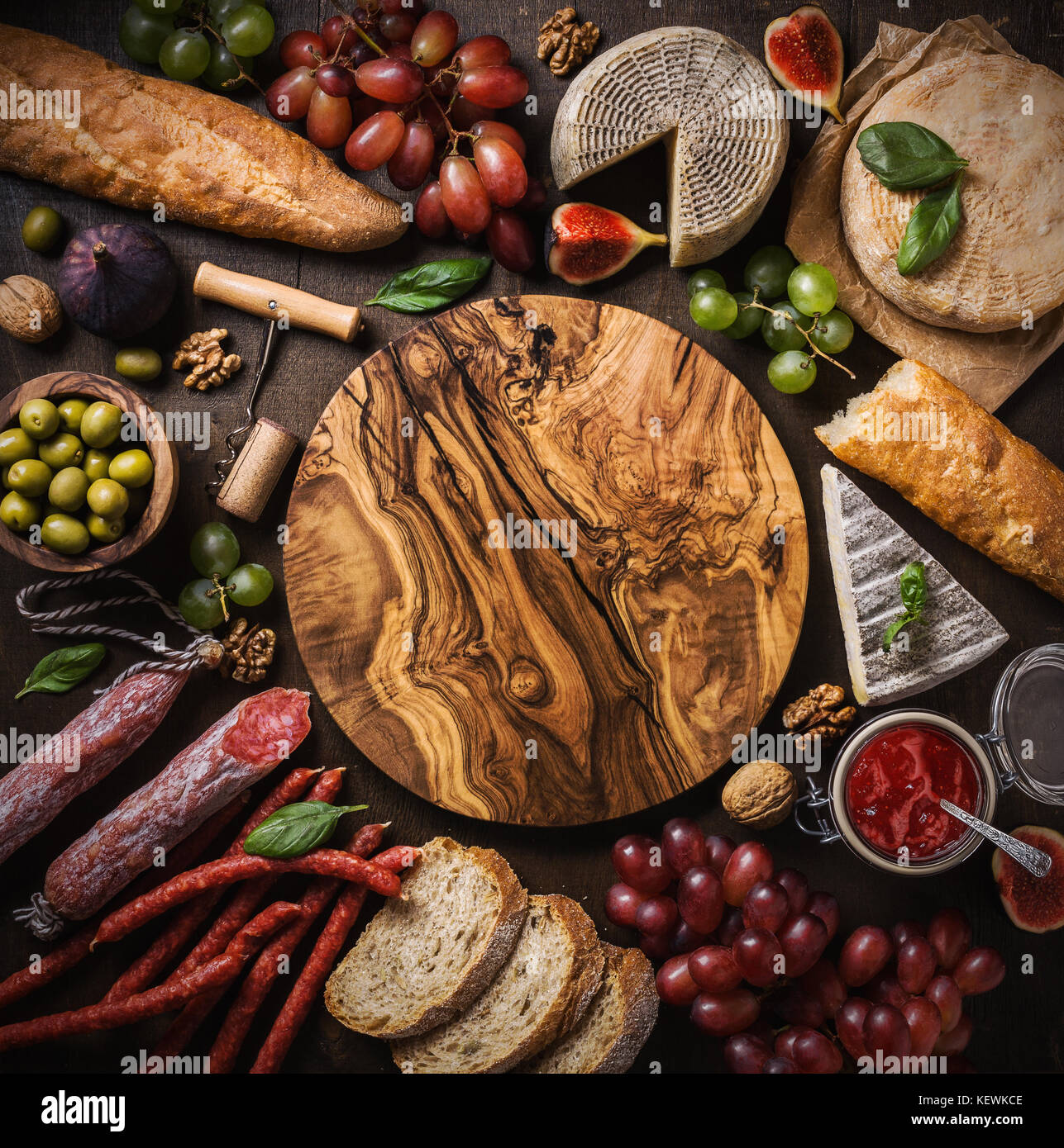 Composición laicos plana con queso, carne y frutas. Vista superior, espacio de copia Imagen De Stock