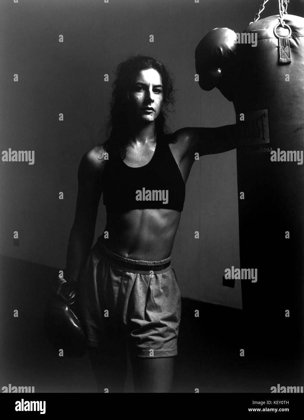 Niña o mujer en el gimnasio de boxeo tras entrenamiento Imagen De Stock