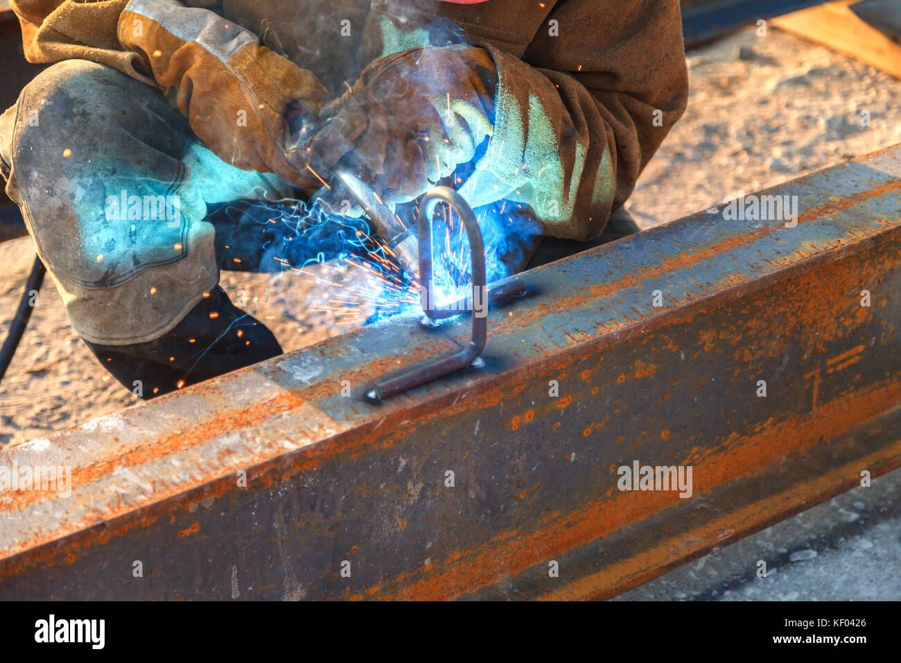 Trabajo de soldadura, soldadura soldador material metálico en la industria pesada, el videoclip de fabricación Foto de stock