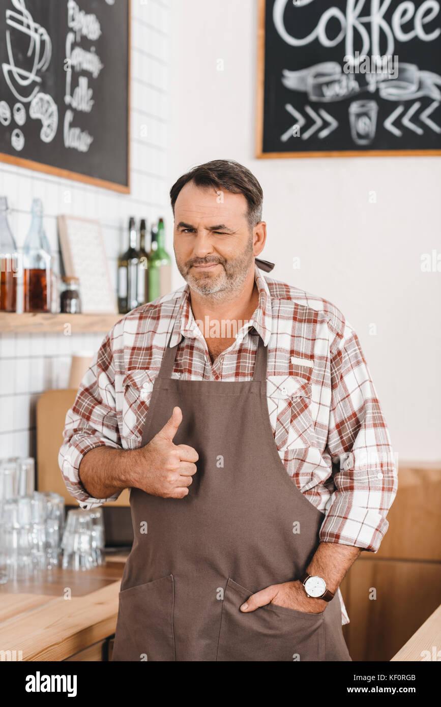 Bartender mostrando pulgar arriba Imagen De Stock