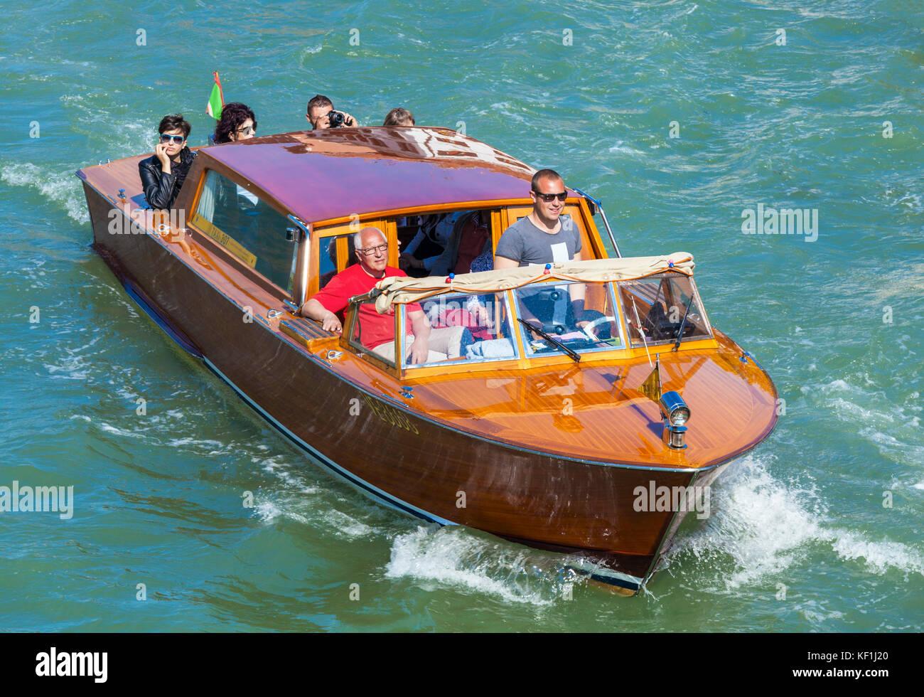 Venecia Italia Venecia en taxi acuático privado de madera sobre el Gran Canal de Venecia Venecia Italia UE Imagen De Stock