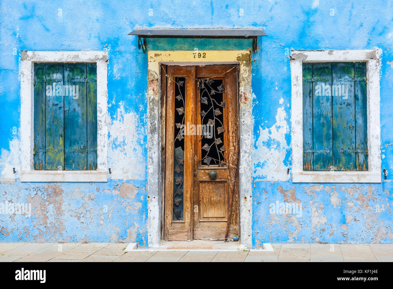 Venecia Italia Venecia Fishermans casa desvencijada casa pintada de azul con puerta de madera y contraventanas azules isla de Burano La Laguna de Venecia Venecia Italia Europa Foto de stock