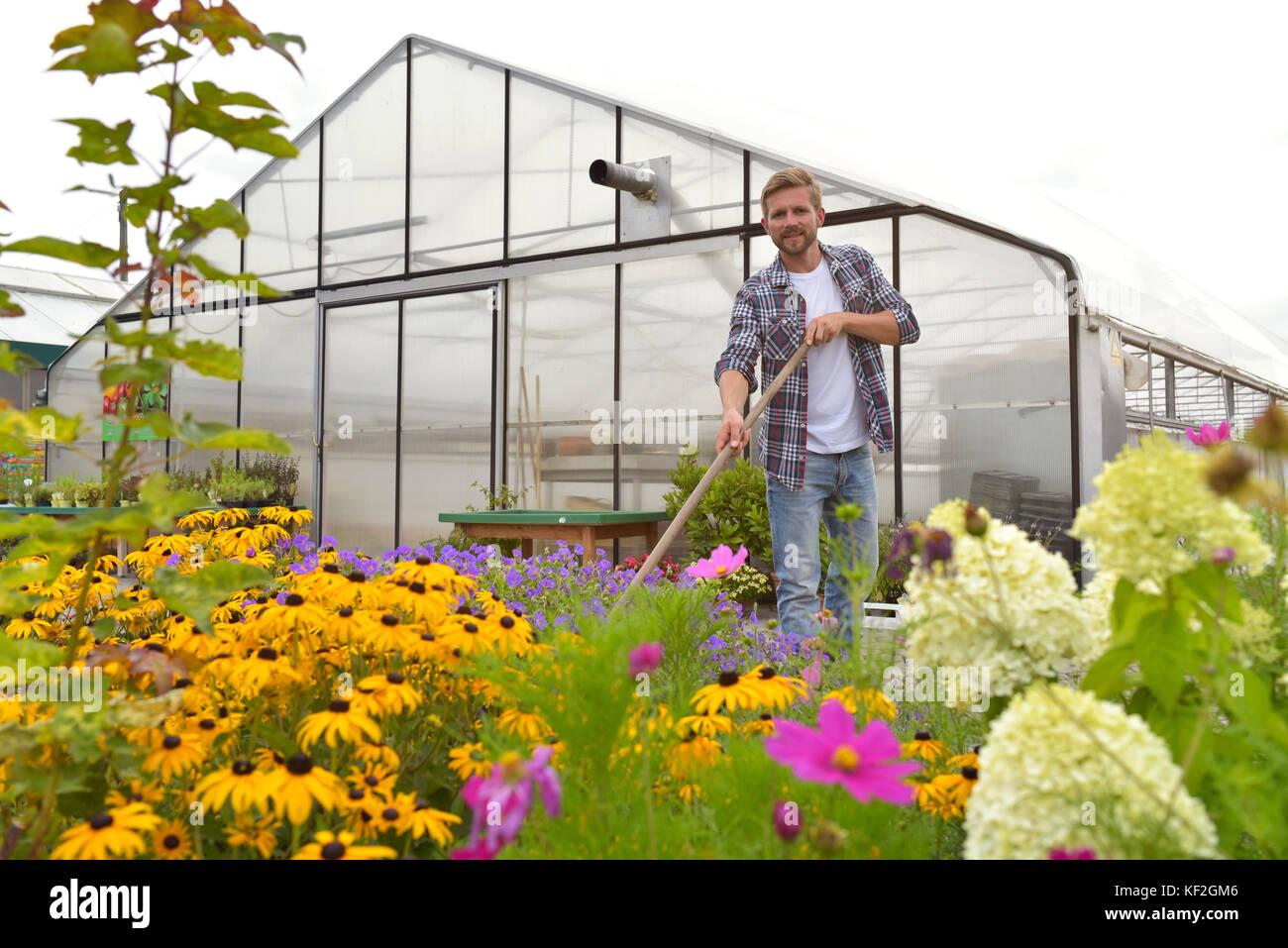 Retrato de contenido jardinero trabajar delante de gases Imagen De Stock