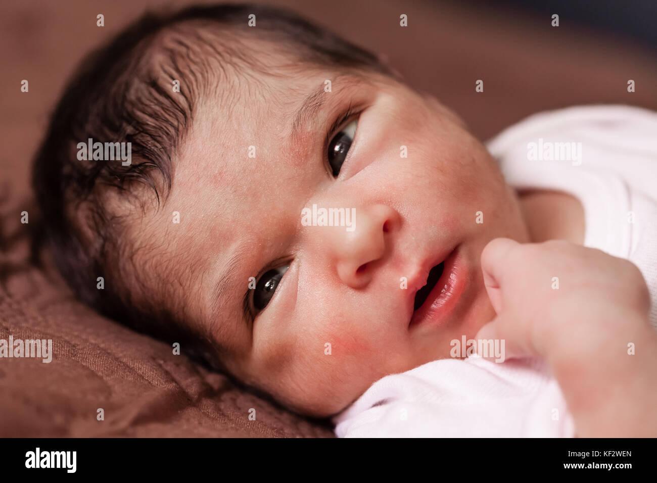Close Up retrato de un lindo bebé recién nacido dos semanas de edad chica  acostada f2d8c6c81b1