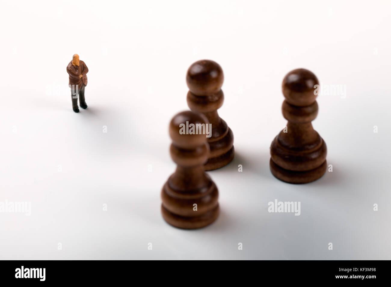 El concepto de estrategia de negocios - empresario de pie delante de piezas de ajedrez Imagen De Stock
