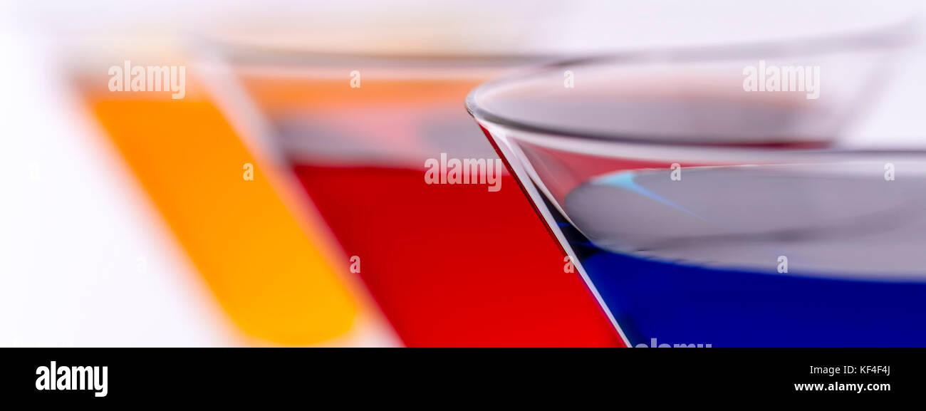 Coloridos cócteles en copas de martini Resumen Antecedentes. Anuncios de Bar Concept. Foto de stock