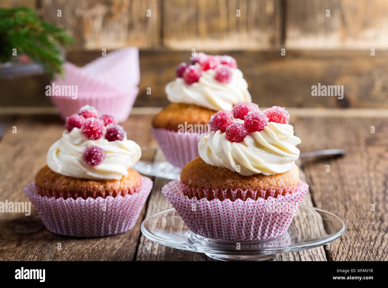 Confitura de arándanos rojos y crema de queso pastelitos caseros sobre la plancha de madera. vacaciones de Imagen De Stock