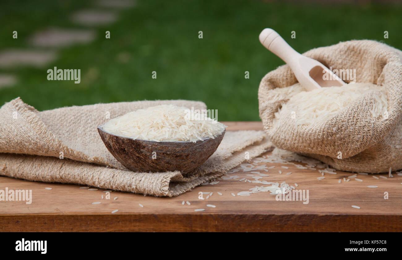 Cuenco de Arroz en la mesa de madera Foto de stock