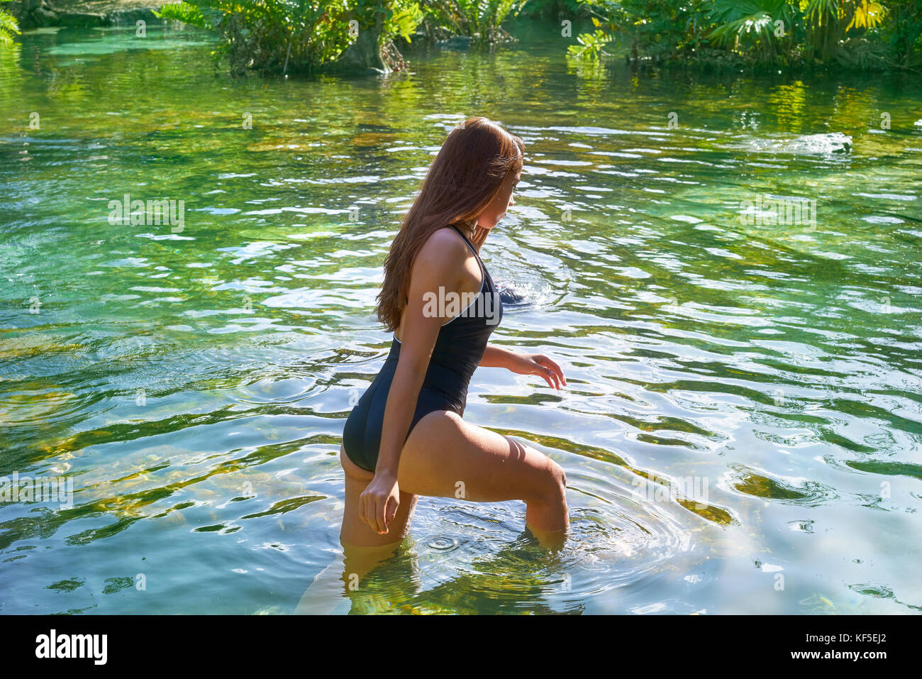 f05e16308 Hermosa jovencita en los cenotes de la riviera maya con traje de baño
